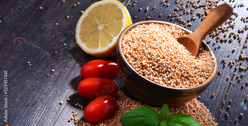 Photo Bowl of amaranth grain on wooden table