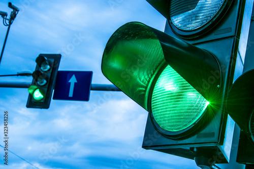 Obraz na plátně Traffic lights over urban intersection