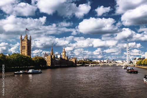 Photo Beautiful cloudy sky with Houses of Parliament and London eye in London, UK