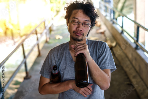 Portrait of a drunken man holding a liquor bottle with drunkenness Canvas-taulu