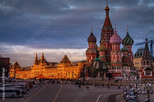 Photo Wide angle view of the city of Moscow with Moscow Kremlin, TSUM and The Cathedral of Vasily the Blessed in winter at sunset