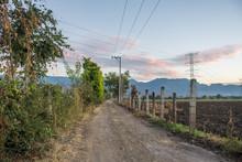 Camino Rural Con Nubes Rojas D...
