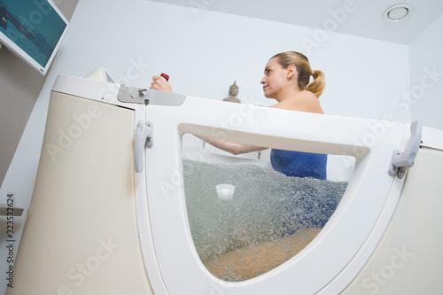 Photo a woman in hydro tub