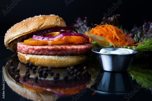 Hamburguesa de atún con zanahoria, lechuga, cebolla y pimiento, acompañada de aderezo blanco Canvas Print