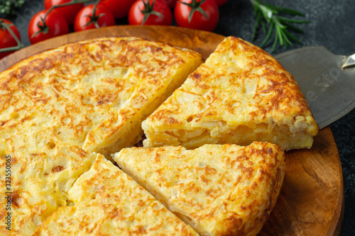Photo Spanish omelette with potatoes and onion, typical Spanish cuisine