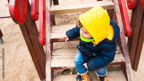 Photo A toddler enjoys outdoors in winter on a sunny day in a public park in Madrid