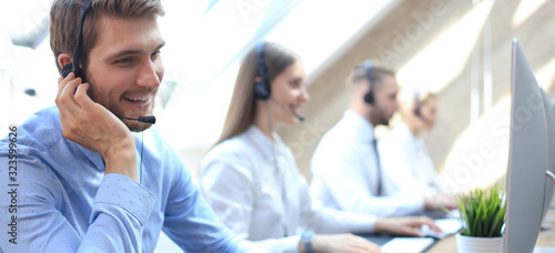 Foto Portrait of call center worker accompanied by his team