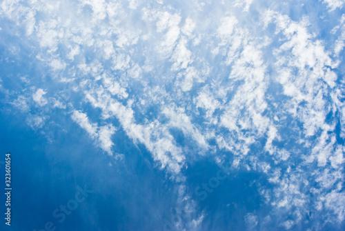 羊雲のような雲が広がる青い空 Fototapete
