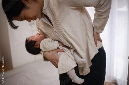 腰に痛みを感じる母親 Fototapet