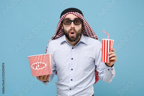 Shocked arabian muslim man in keffiyeh kafiya ring igal agal 3d imax glasses isolated on pastel blue background Wallpaper Mural