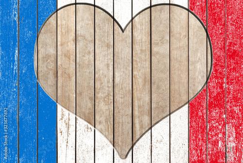 coeur en bois sur fond tricolore