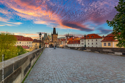 Obraz Charles bridge in Prague at sunrise, Czech Republic - fototapety do salonu