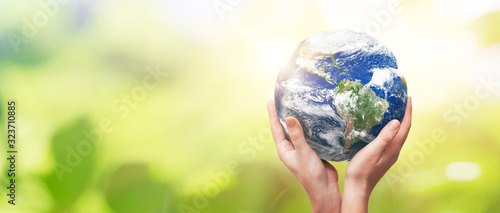Fotografía Earth globe in family hands. World environment day
