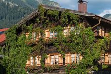 Wohnhaus Mit Wildem Wein Bewachsen In Oberstdorf