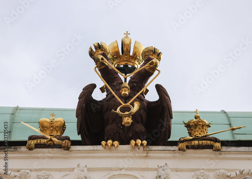 Photo Wooden biped eagle with touches of gold on top of an Austrian building