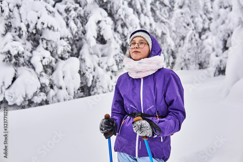 Photo amateur skier girl in winter snowy forest