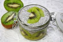 Zdrowy Deser: Mus Z Owoców Kiwi Przykryty Puddingiem Z Nasion Chia I Napoju Migdałowego Ozdobiony Owocami Kiwi