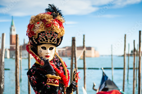 Foto Beautiful colorful masks at traditional Venice Carnival in February 2020 in Veni