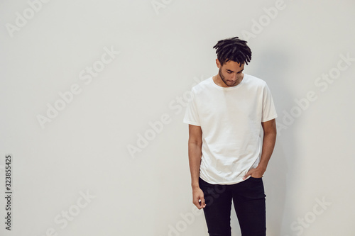 Fotografía African american man wearing white blank t-shirt. Mock-up.
