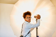 Junger Fotograf Mit Studioleuc...