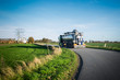 LKW mit Silo Auflieger auf einer Landstraße