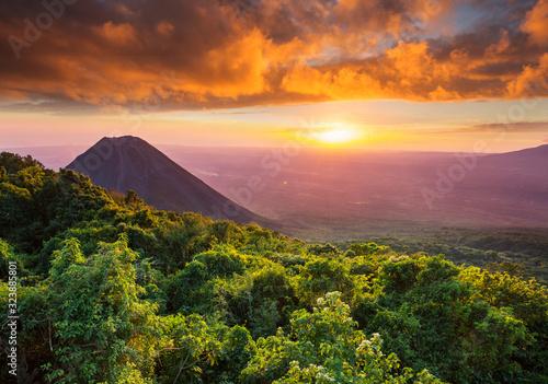 Obraz Volcano in El Salvador - fototapety do salonu