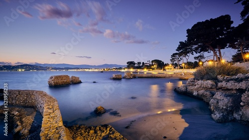 Photo Antibes town surrounded by the French Riveria during the evening in France