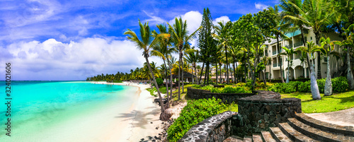 Photo Splendid panoramic view of beautiful tropical beach Belle Mare in Mauritius isla