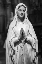 Sainte Vierge Marie Immaculée Conception Noir Blanc Mère Dieu Dieu Couronne Rayon Soleil Lumière Amour