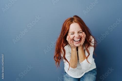 Photo Fun young woman enjoying a good joke