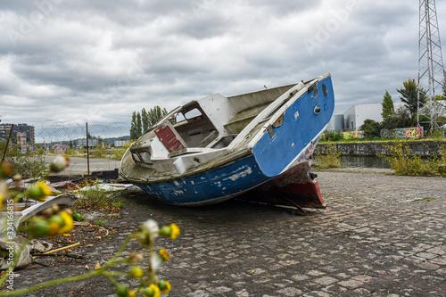 Petit bateau échoué sur la rive Canvas Print