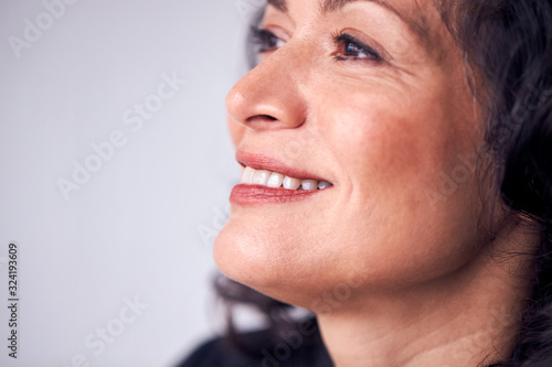Close Up On Face Of Smiling Mature Woman In Studio Fototapet