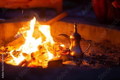 Photo Making bedouin coffee in the desert during the night