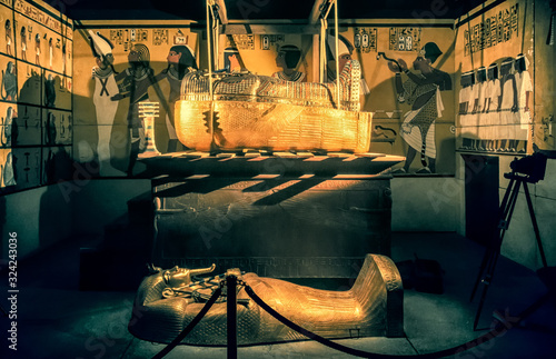Fotografie, Obraz THe tomb and sarcophagus of King Tutankhamun
