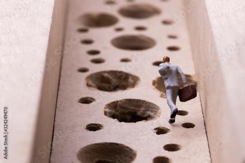 Fotografie, Obraz 沢山の落とし穴を避けながら走るビジネスマン