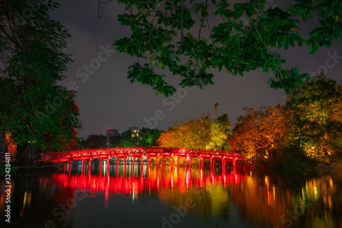Foto Night view of The Huc bridge and Ngoc Son temple