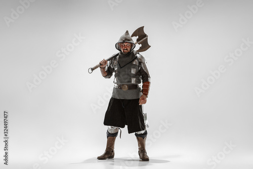 Obraz na plátne Brave armored knight with professional weapon fighting isolated on white studio background