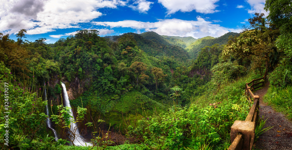 Fototapeta Catarata del Toro waterfall with surrounding mountains in Costa Rica