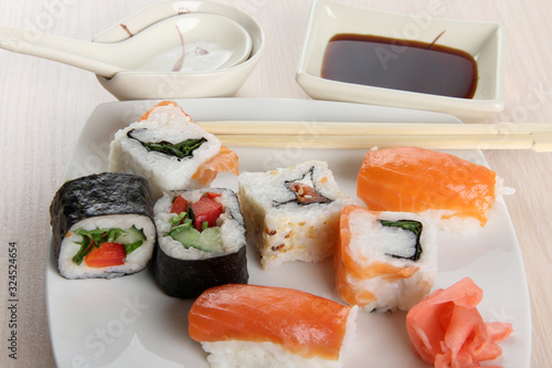 Photo Sushi and rolls with porcelain sauce