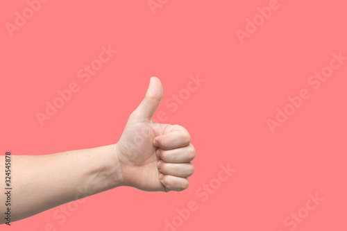 Photo Closeup of male hand showing thumbs up sign