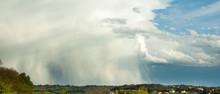 Paysage Bannière De Ciel D'orage Et De Pluie Couvrant Le Paysage Ensoleillé Avec Place Pour Texte