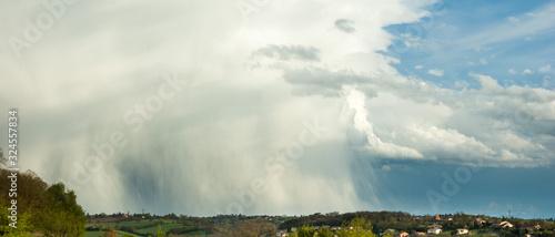фотография Paysage bannière de ciel d'orage et de pluie couvrant le paysage ensoleillé avec