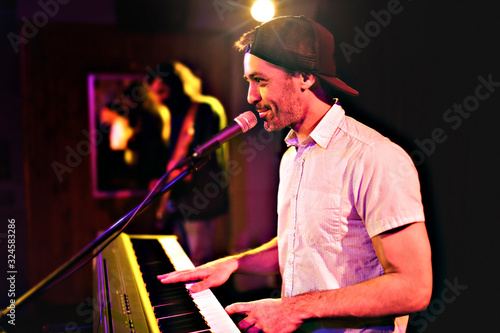 Fotografia Pianist playing on electric piano at a show