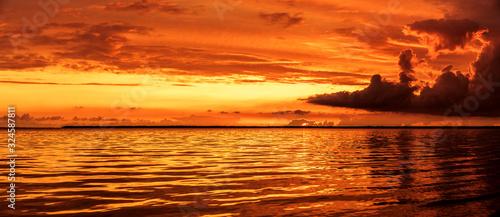 Roter Sonnenuntergang am Meer Wallpaper Mural