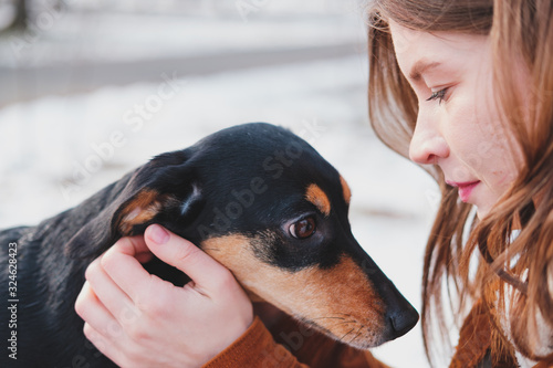 Photo Loving and adoring dogs: woman with her puppy