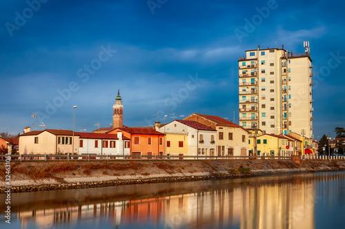 Photo fiume canal bianco in centro storico in adria