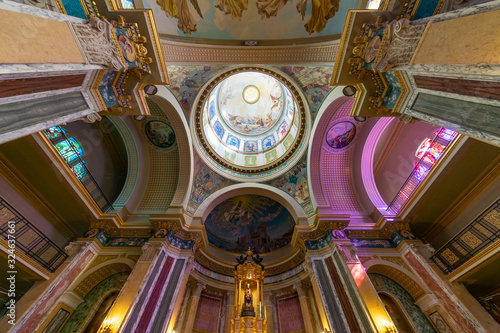 Photo Symmetrical wide angle view of the apse of a colorful baroque Sicilian cathedral