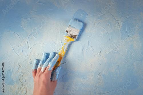 Fotografía Female hand holding paintbrush