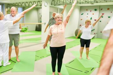 Senioren haben Spaß bei der Rückengymnastik