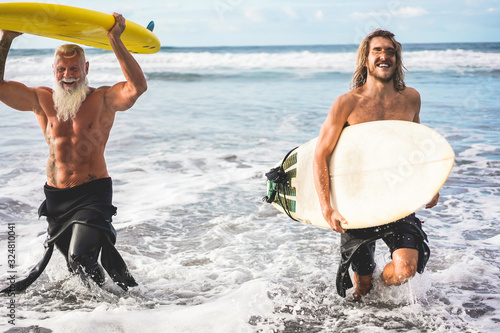 Photo Multigeneration friends going to surf on tropical beach - Family people having f